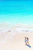 海滩的可爱的小女孩 走在海滨的孩子顶视图  库存照片