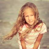 海滩的可爱的愉快的微笑的女孩 库存图片
