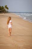 海滩的可爱的愉快的微笑的女孩 免版税图库摄影