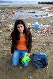 海滩的哀伤的年轻社会工作者 免版税库存照片