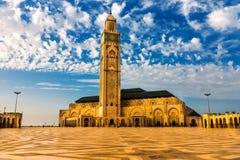 海滩的哈桑二世清真寺日落的卡萨布兰卡,摩洛哥 免版税图库摄影