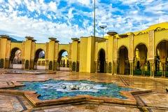 海滩的哈桑二世清真寺日落的卡萨布兰卡,摩洛哥 免版税库存照片
