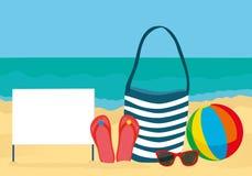 海滩的夏天辅助部件 袋子,太阳镜,触发器,球 空白表格或卡片文本或广告的 反对后面 库存图片