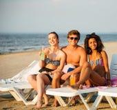 海滩的多种族朋友 免版税库存照片