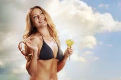 海滩的女孩与一个鸡尾酒在热带 免版税库存图片