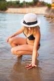 海滩的女孩与海星 免版税图库摄影