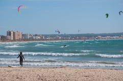 海滩的女孩与风筝冲浪者 免版税库存照片
