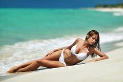 海滩的女孩在泳装 免版税库存图片