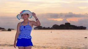 海滩的女孩在海的日出 库存照片