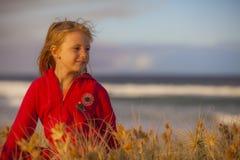 海滩的女孩在野草 免版税库存照片