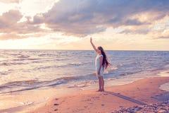 海滨的女孩 免版税库存图片