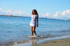 海滩的妇女 免版税库存图片
