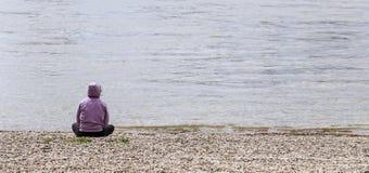 海滩的孤独的人 库存照片