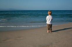 海滩的孤独的男孩 库存图片