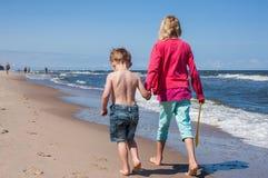 海滩的孩子 库存照片