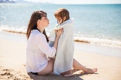 从海滩的小女孩寒冷 图库摄影