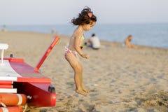 海滩的小女孩 免版税库存图片