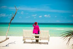 海滩的少妇 免版税库存照片
