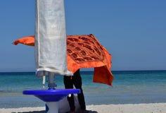 海滩的尼日利亚贸易商在撒丁岛 库存图片
