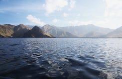 从海洋的山海岸 免版税库存照片