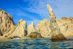 海洋的岩层在Cabo圣卢卡斯 免版税库存照片