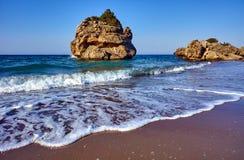 海滩的岩质岛 免版税库存照片