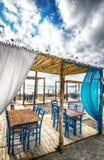 海滩的希腊小酒馆 免版税库存图片