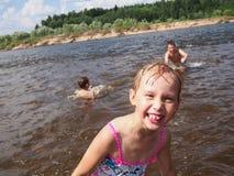 海滩的微笑的女孩 库存照片