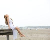 海滩的快乐的少妇 免版税库存图片