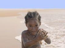 海滩的愉快的女孩,六岁 免版税库存照片