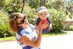 去海滩的愉快的女婴 免版税库存照片