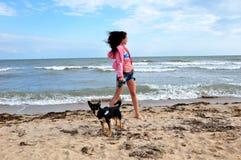 海滩的愉快的妇女与狗,独立日美国 免版税库存图片