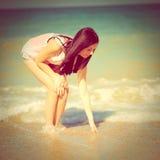 海滩的愉快的妇女基于 免版税库存图片