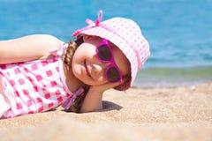 海滩的愉快的小女孩 免版税库存图片