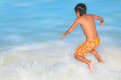 海滩的愉快的男孩 库存图片