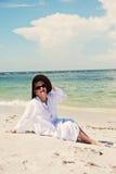 海滩的愉快的资深妇女 免版税库存照片
