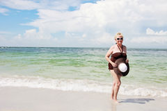 海滩的愉快的年长妇女 图库摄影
