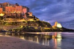 从海滩的斯佩尔隆加意大利渔村视图在黎明 免版税库存图片