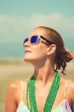 海滩的晒日光浴美丽的被晒黑的白肤金发的妇女 库存照片