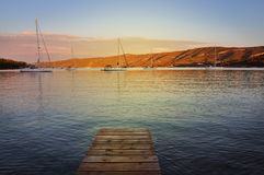 海滩的木板走道在日落 免版税图库摄影