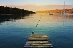 海滩的木板走道在日落 免版税库存图片