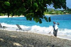 海滩的本地工人 免版税库存照片