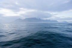 从海洋的桌山 库存照片