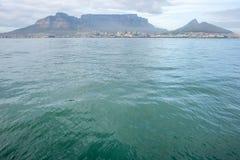 从海洋的桌山 库存图片