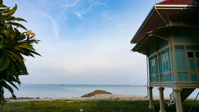 海滩的泰国老王宫 库存图片