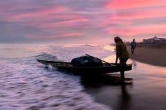 海滩的渔夫 库存照片