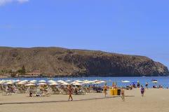 海滩的游人享用太阳的 免版税库存照片