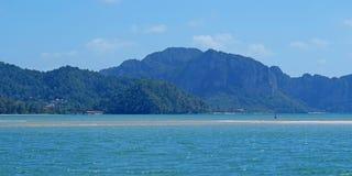 海滩的游人在泰国,亚洲 竹海岛在Thailan 库存图片