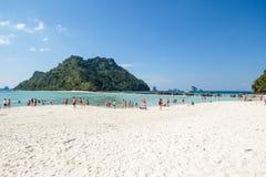 海滩的游人在泰国,亚洲 竹海岛在Thailan 免版税库存图片
