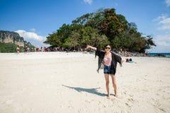 海滩的游人在泰国,亚洲 竹海岛在Thailan 免版税库存照片